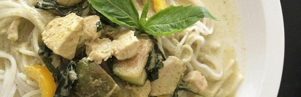 Reisnudeln mit Zucchini und mariniertem Hähnchenfilet
